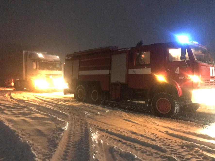 Рятувальники Полтавщини визволяють автомобілі зі снігових наметів