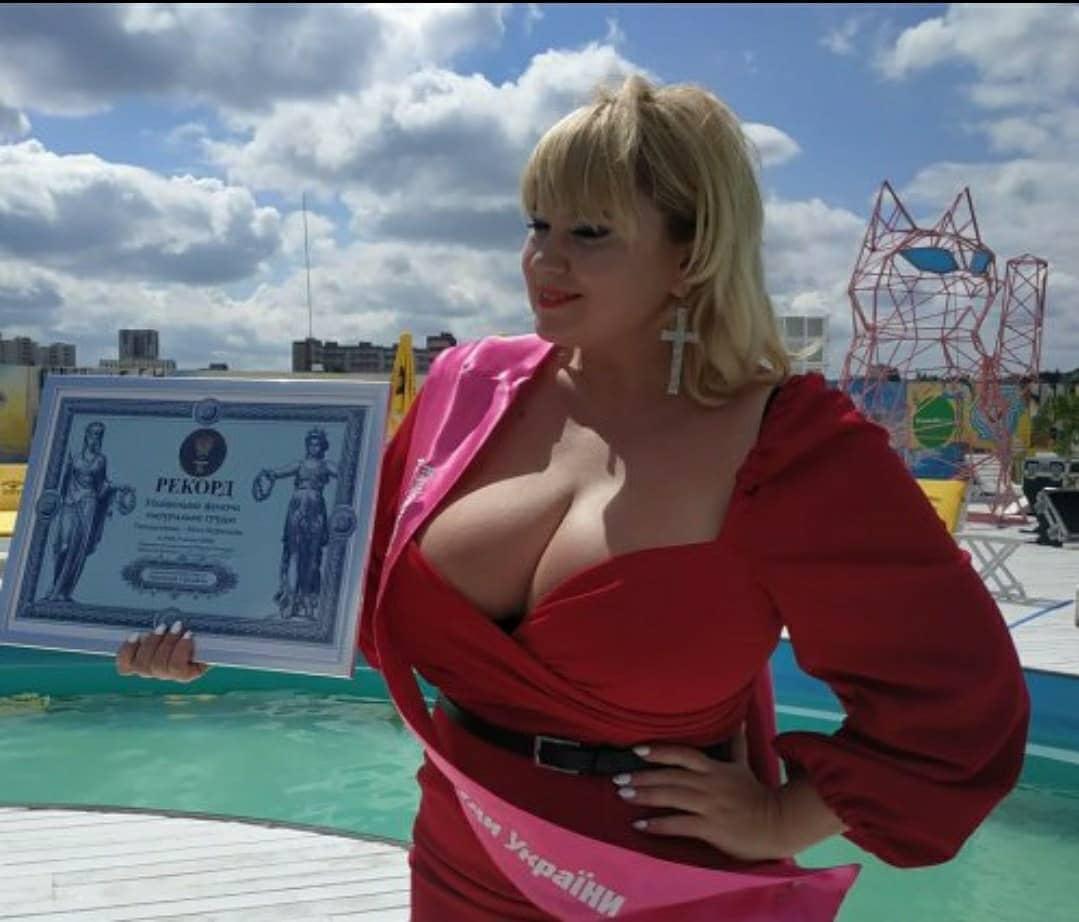 Новый рекорд: у модели с Полтавщины – самая большая грудь в Украине