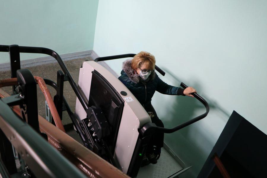 В городском совете Полтавы работает лестничный подъемник для людей с инвалидностью