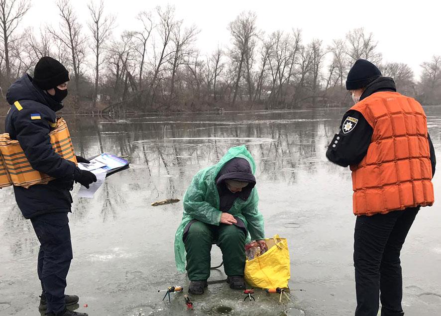 Спасатели просят полтавчан не выходить на тонкий лед