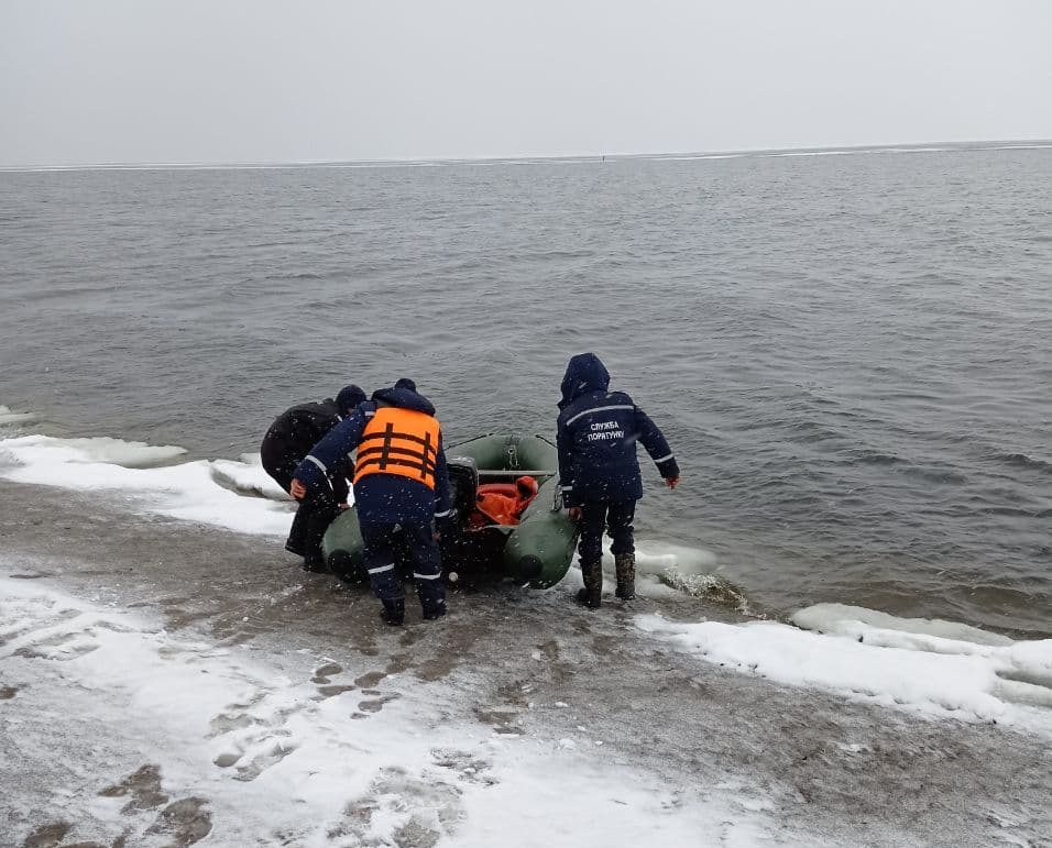 Рибалку з Полтавської області віднесло на крижині на Кіровоградщину