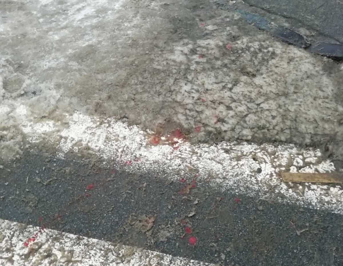 Полтавець розбив голову, упавши через лід на пішохідному переході