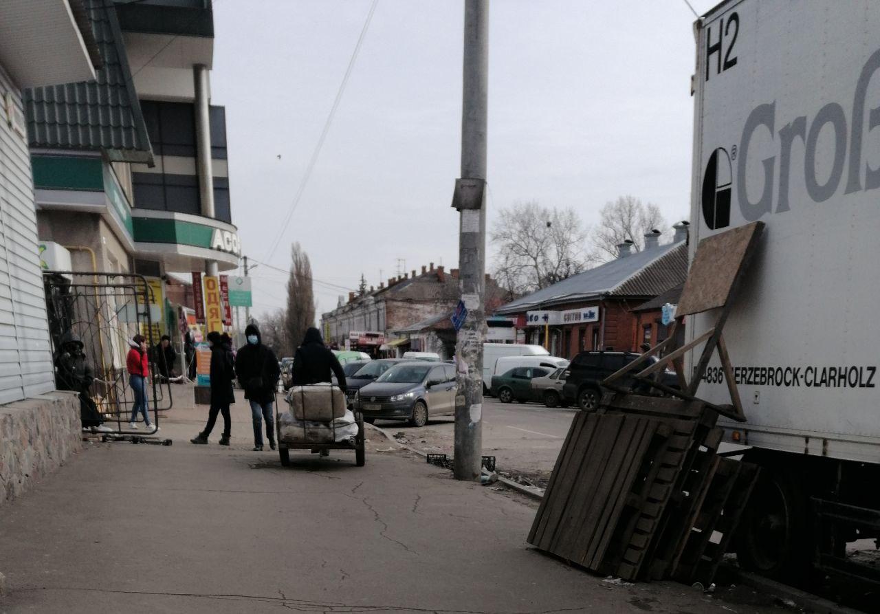 Возле центрального полтавского рынка демонтируют автолавки